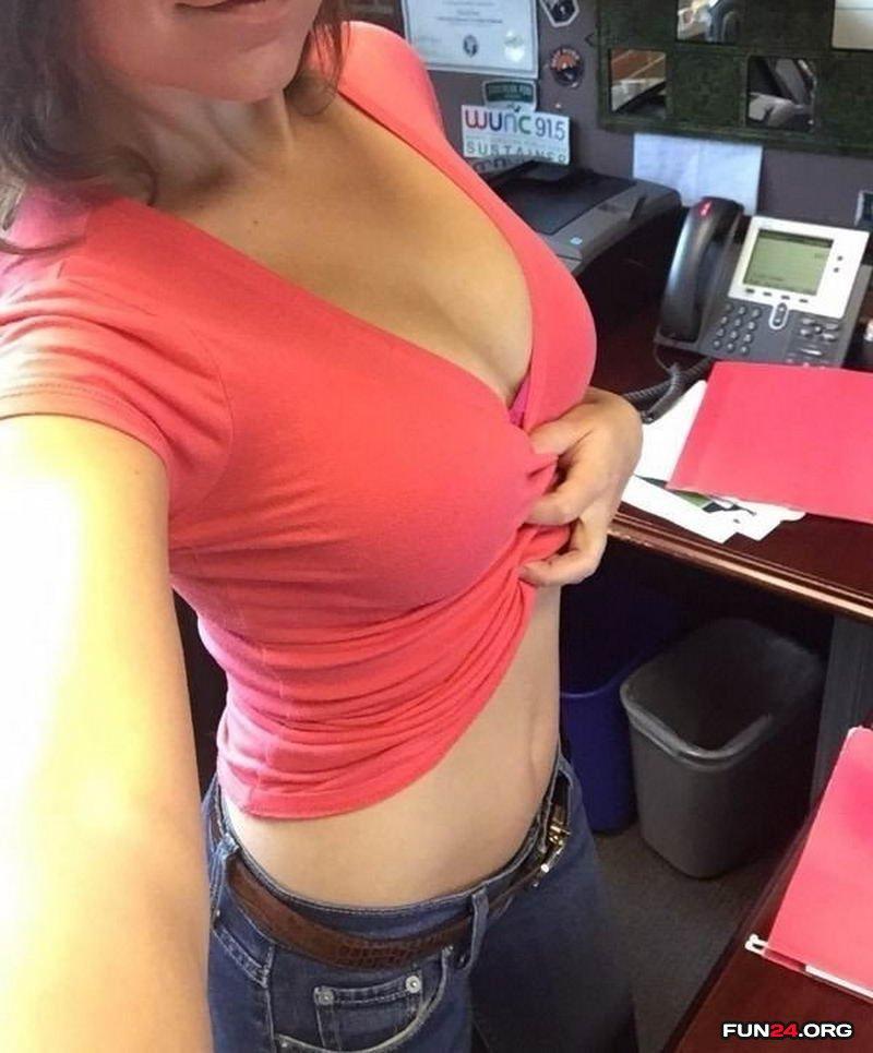 Пошлые девушки скучают на работе