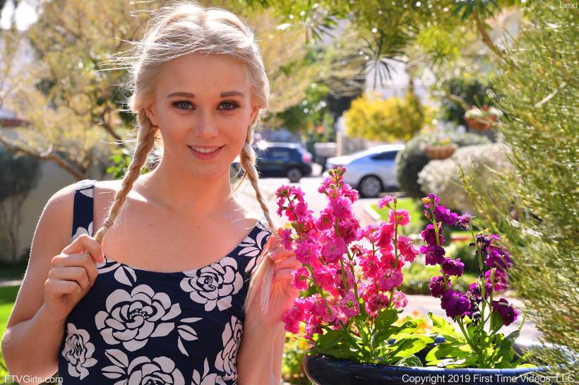 Русская девушка засветила трусики под платьем
