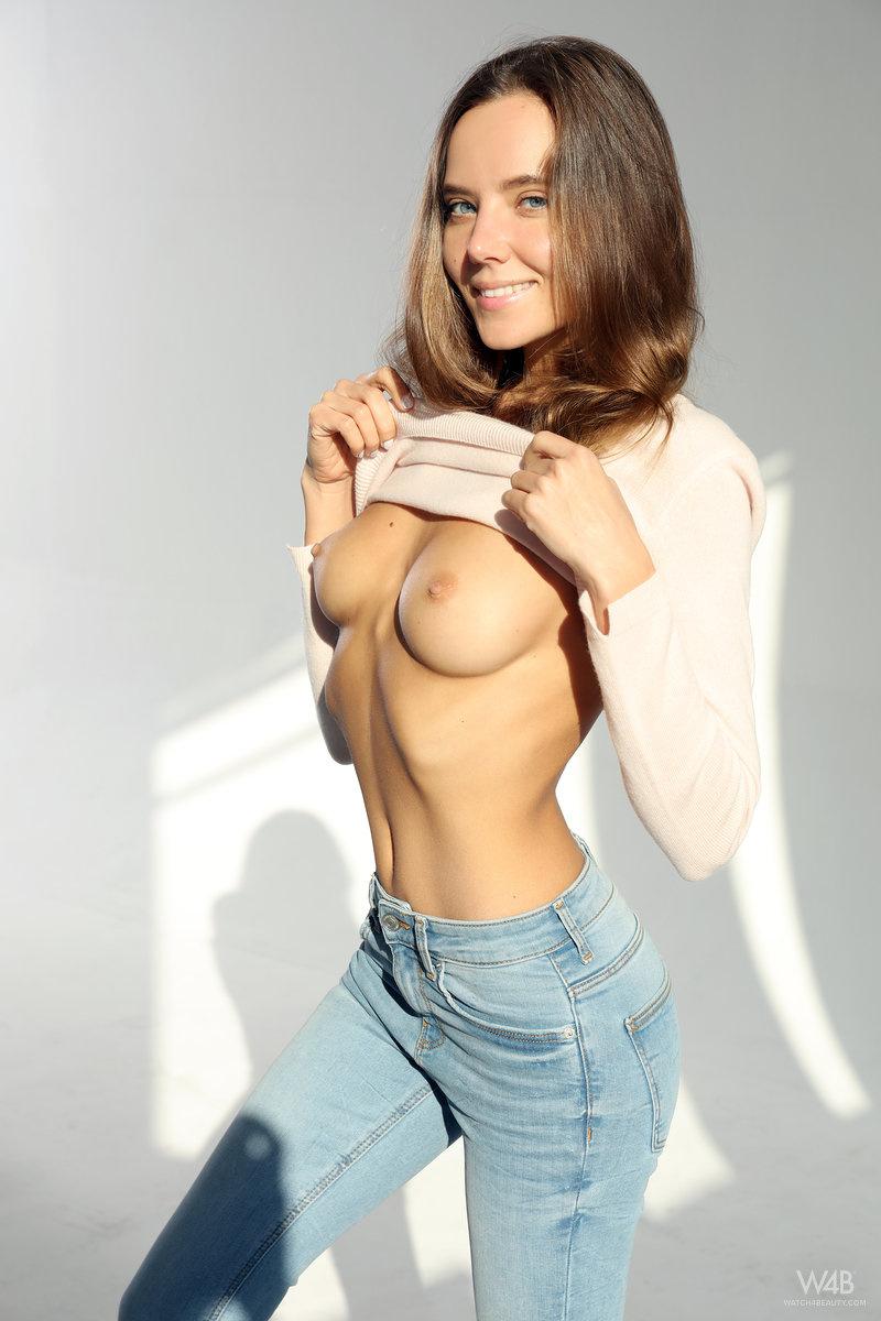 Любительские ню фото красотки с упругой грудью и попкой