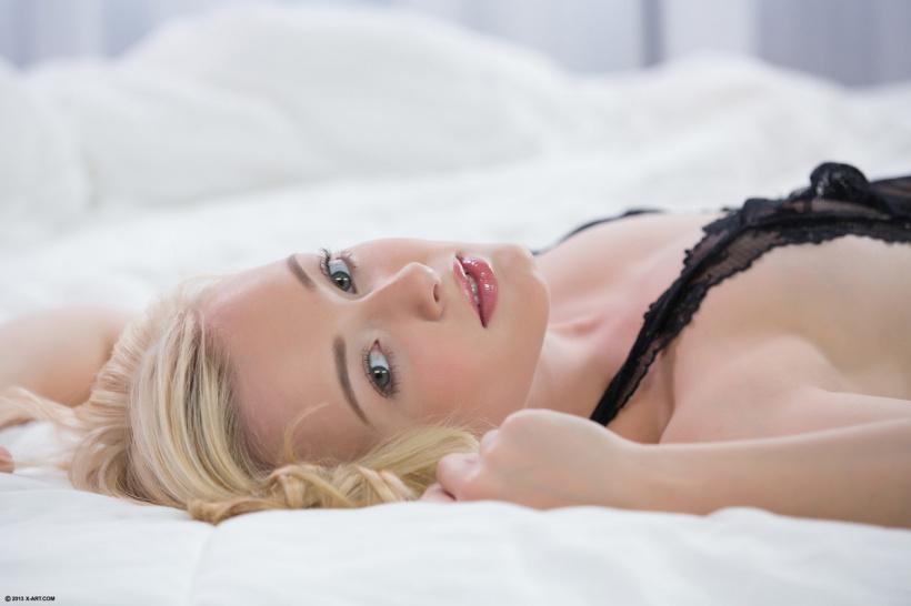 Молодая блондинка в прозрачном белье разделась