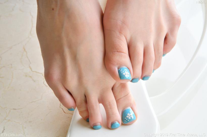 Красивая девушка бреет голую киску