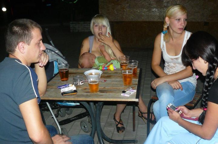 Пьяные девушки в деревне