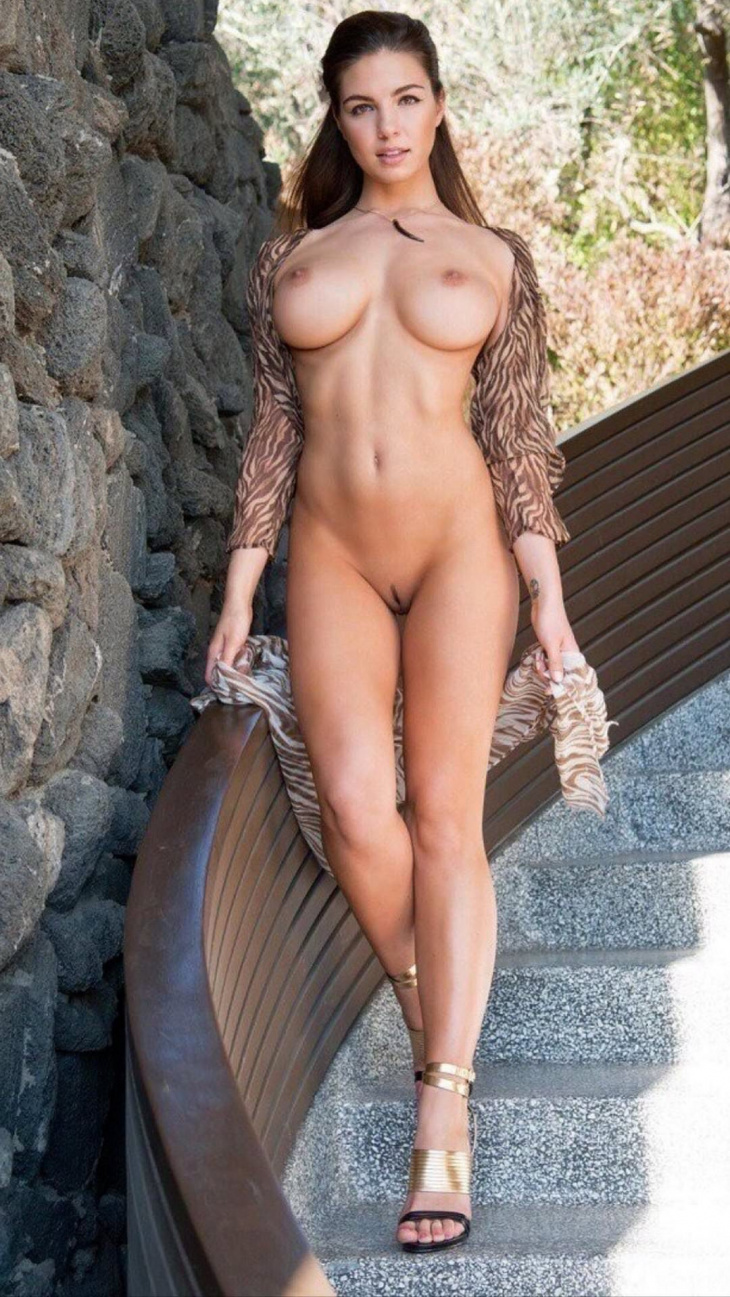 Rhianna free nude pics in to porn