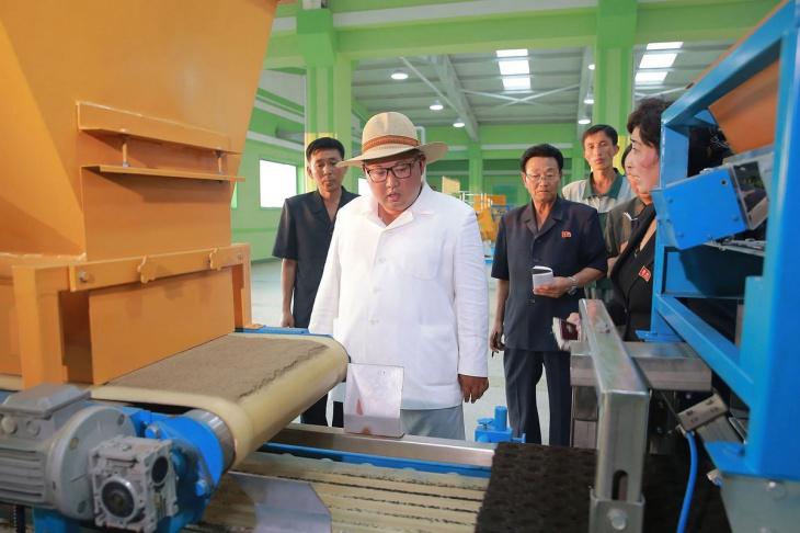 Ким Чен Ын инспектирует товары и объекты