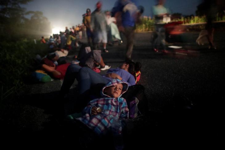 Многочисленный караван мигрантов приближается к США