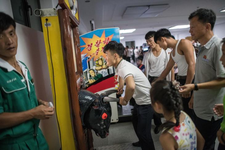 Северокорейцы за работой и во время отдыха