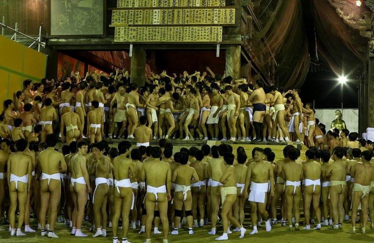 Тысячи полуголых японцев поборолись за пару священных палочек Шинги