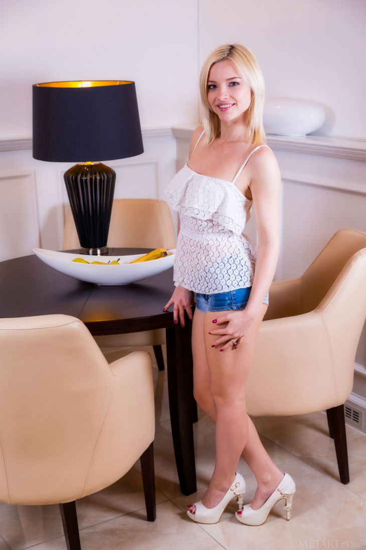 Блондинка в коротких шортах без трусов — Фото НЮ