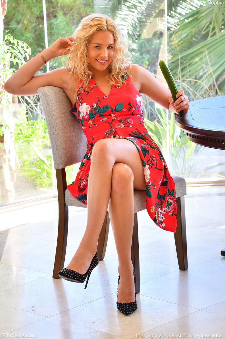 Блондинка в платье дрочит огурцом — Клубничка