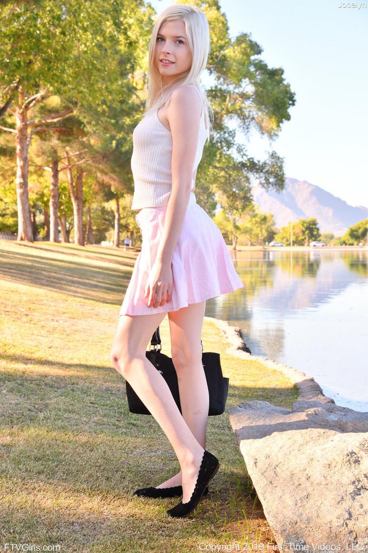 Блондинка засветила мокрые трусики под юбкой — Клубничка