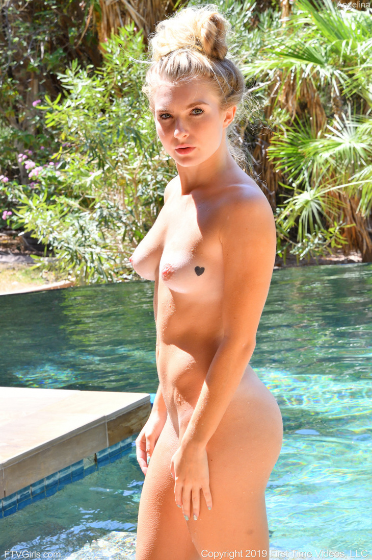 Блондинка засветила свои голые прелести — Клубничка