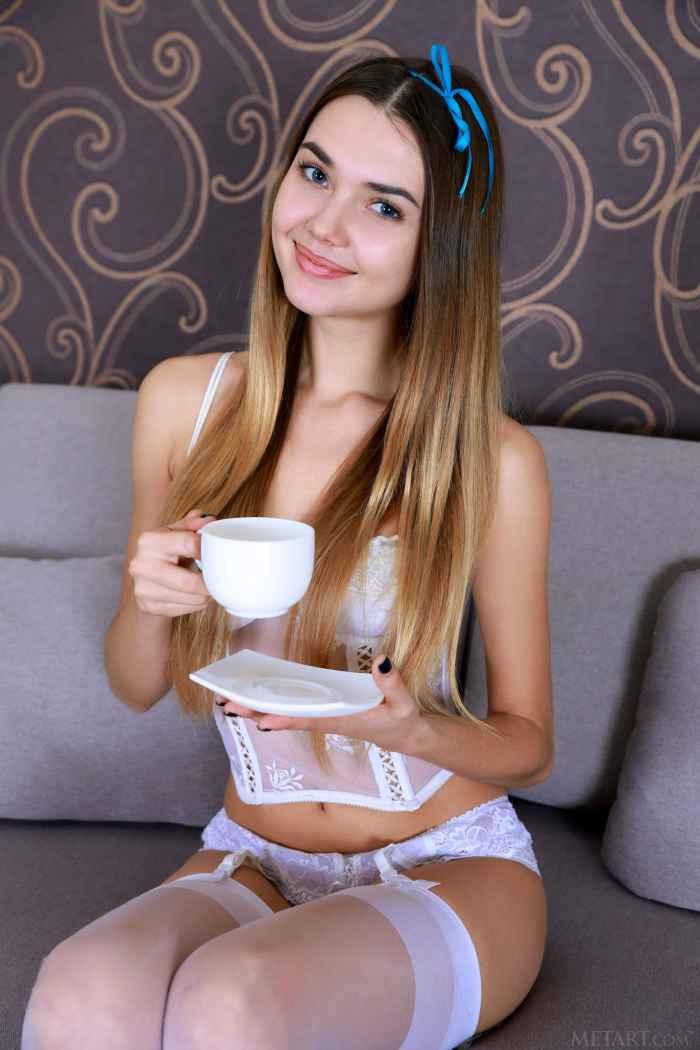 Девушка с голой киской в белых чулках — Клубничка