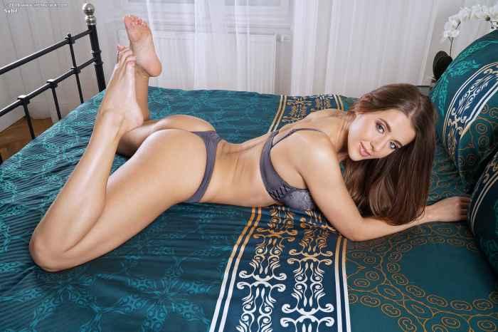 Девушка с вибратором в кровати — Клубничка
