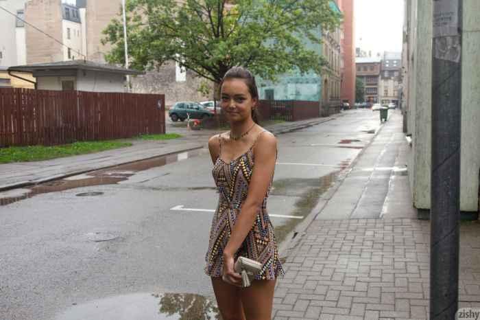 Девушка засветила белые трусики — Клубничка