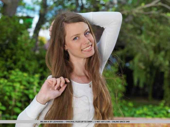 Длинноногая красотка сексуально позирует голой — Клубничка