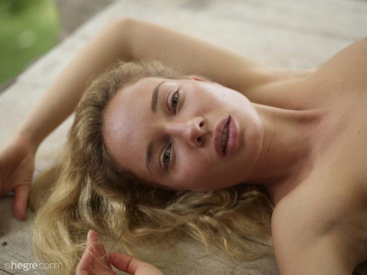 Голая блондинка с шикарным телом и упругими формами — Клубничка