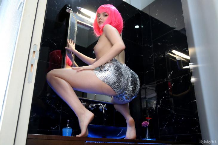 Обнаженная девушка с розовыми волосами