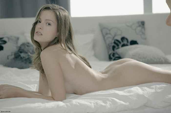 голая девушка сняла трусы в постели — Клубничка