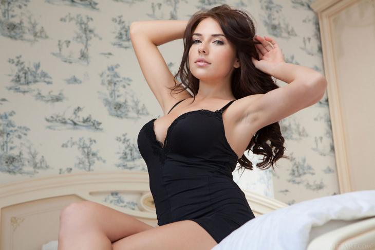 Грудастая красотка в спальне на кровати — Фото НЮ