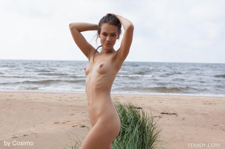 Худенькая голая озорница на пляже — Клубничка