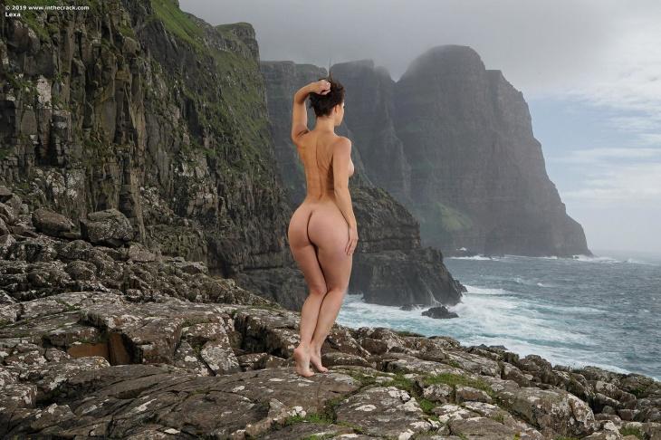 Красивая девушка с широкой голой попкой — Клубничка