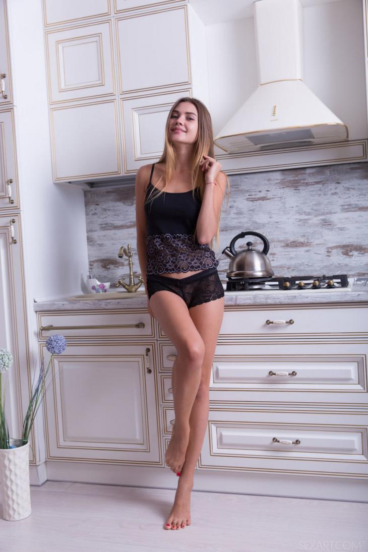 Красивая студентка разделась до гола на кухне — Клубничка
