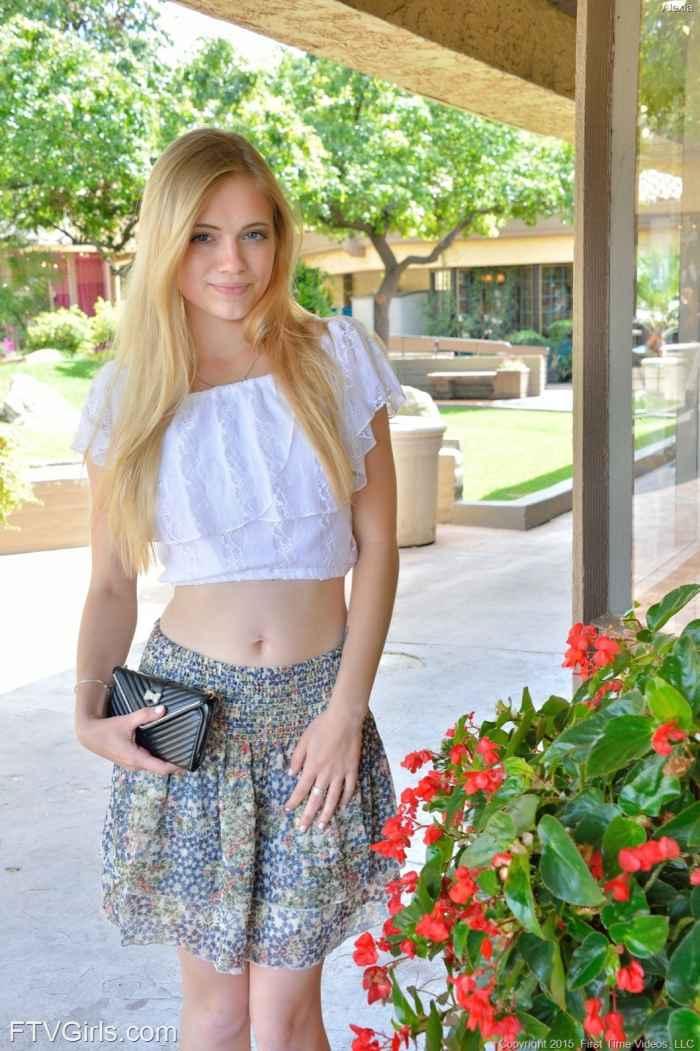 Милая блондинка позирует голой на улице — Клубничка