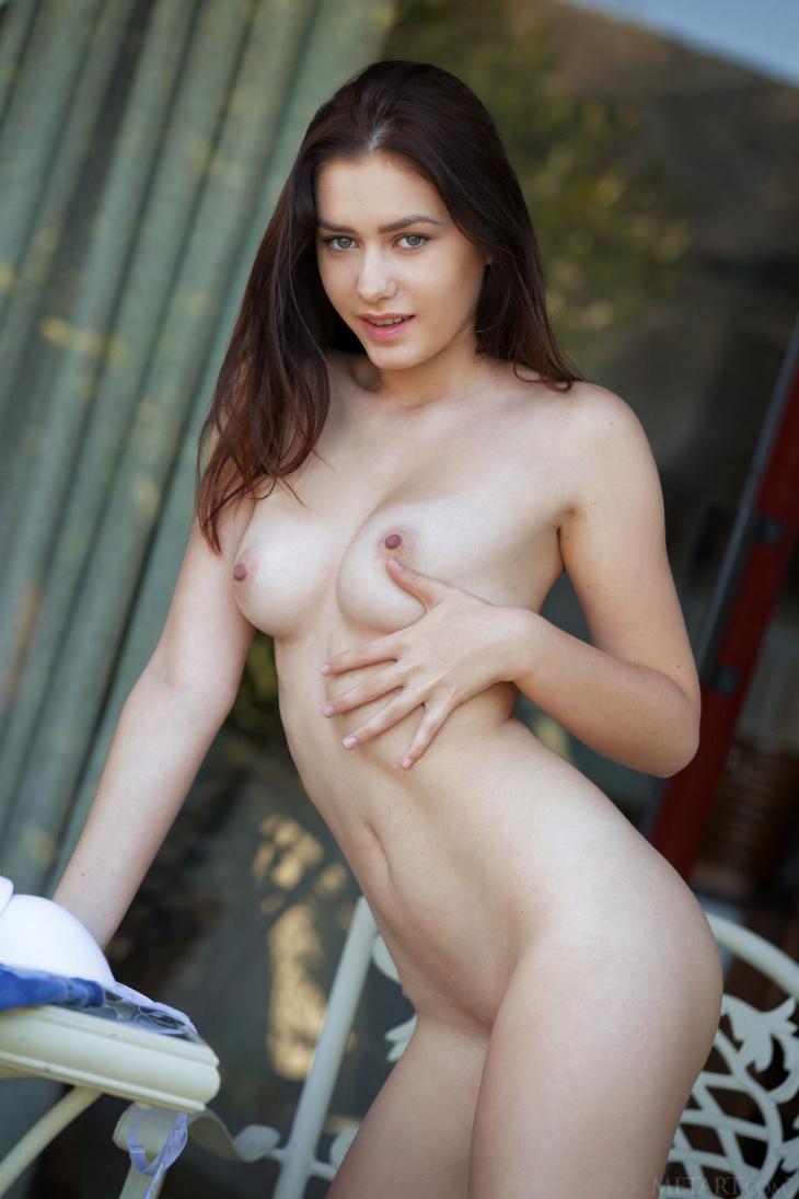 Молодая девушка с худенькой попкой — Фото НЮ