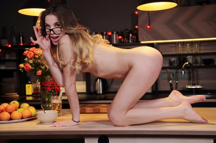 Lola Krit сексуально обнажается, демонстрируя упругую попку