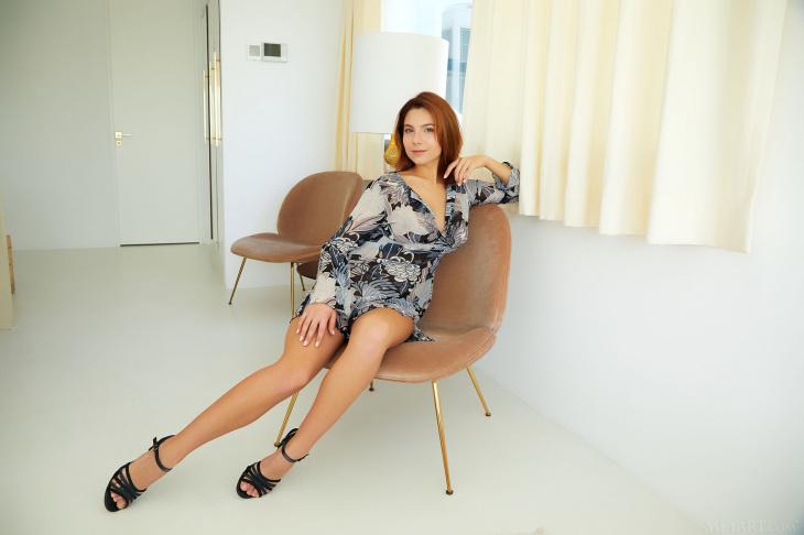 Рыжая сучка широко раздвигает ноги — Фото НЮ