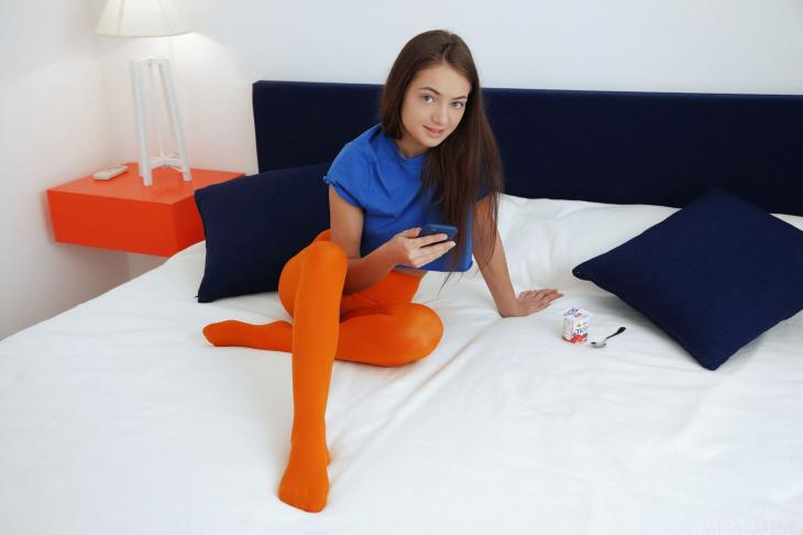 С голой писей кувыркается в постели — Фото НЮ