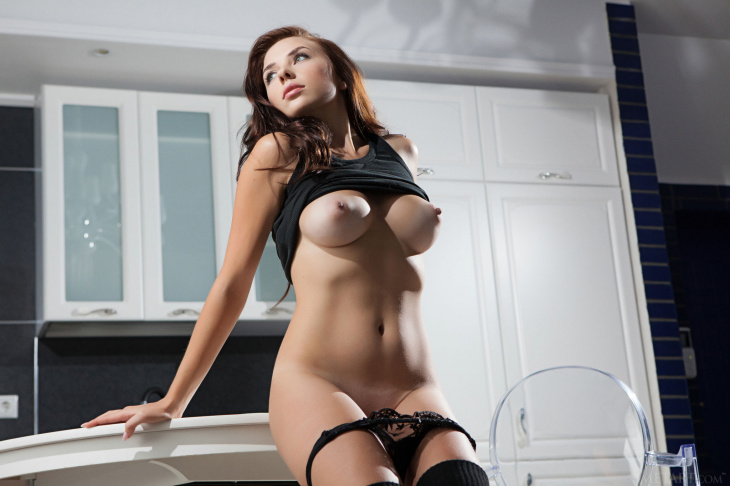 Сисястая красотка сняла бельё на кухне — Фото НЮ
