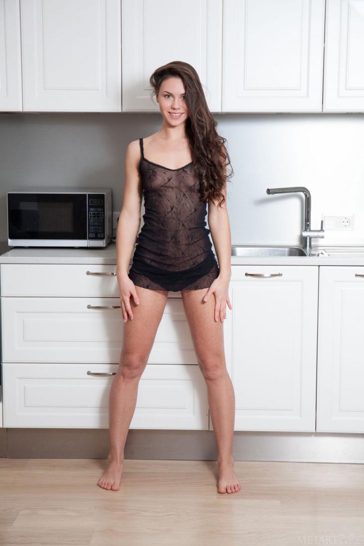 Тощая худая девка на кухне — Фото НЮ
