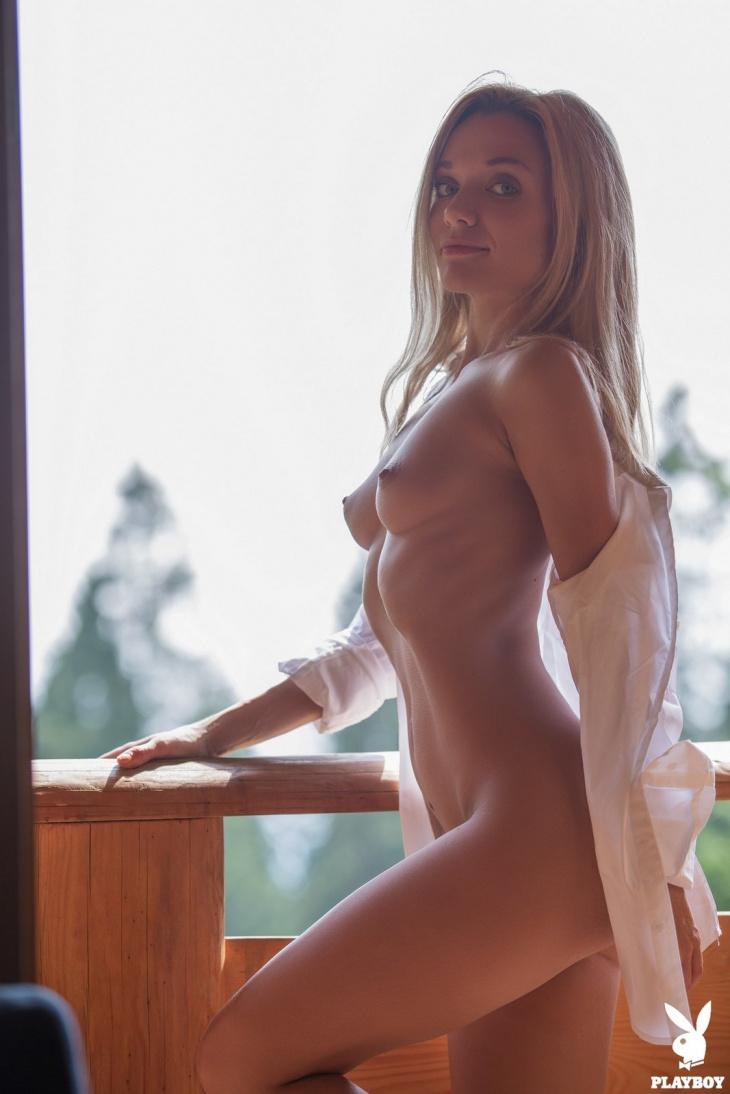 Женечка сняла белую рубашку и трусики — Клубничка