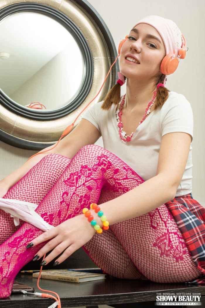 Гала слушает музыку — Фото НЮ