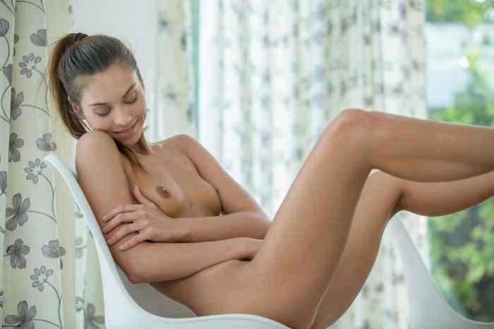 Девушка теребит голую письку — НЮ