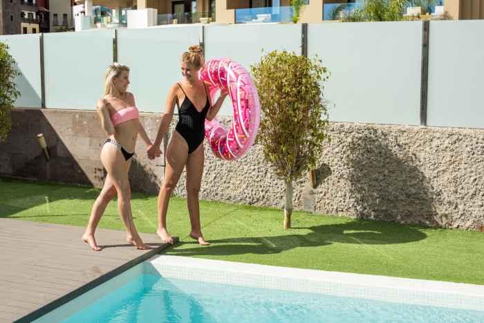 Две обнажённые подружки отдыхают у бассейна — НЮ