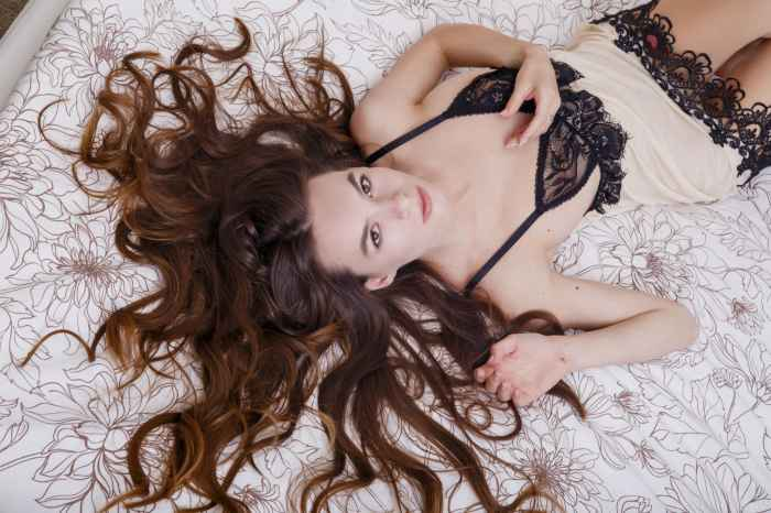 Красивая голая девушка в гостинице — НЮ