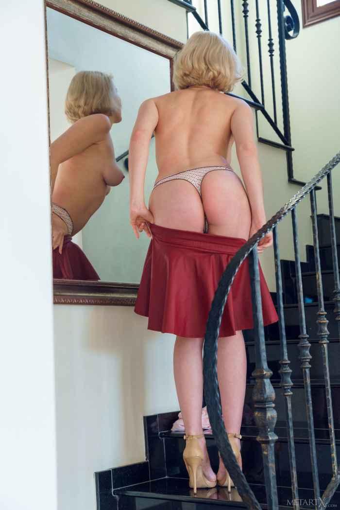 Блондинка разделась на лестнице перед зеркалом — НЮ
