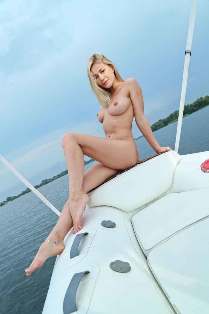 Блондинка сняла купальник на катере — НЮ