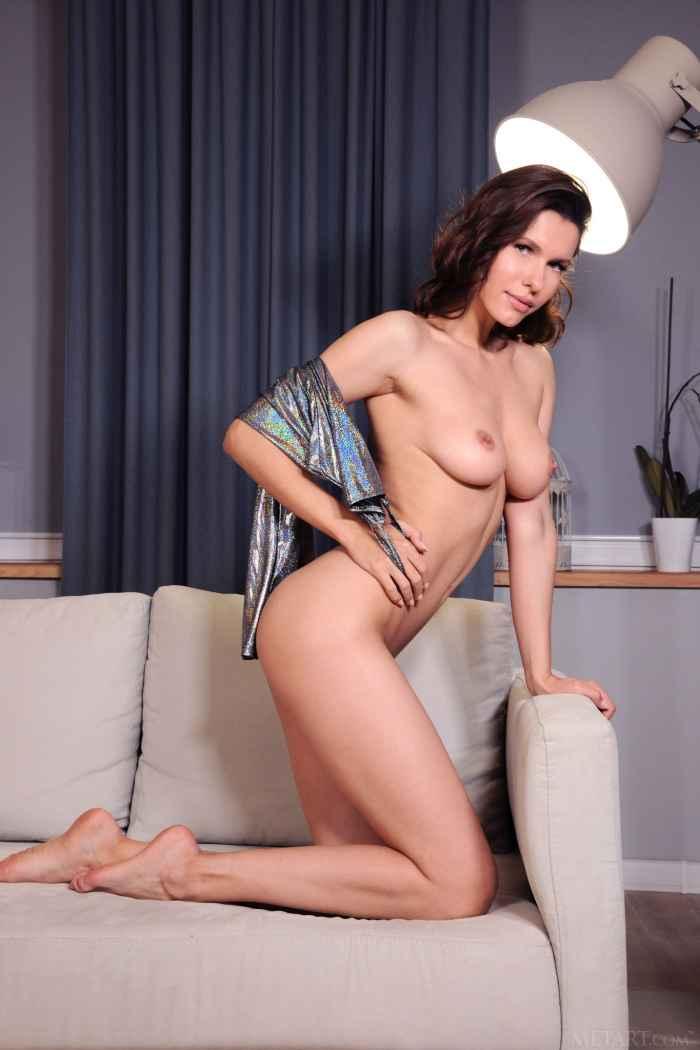 Женщина с голой киской и попкой на диване — НЮ
