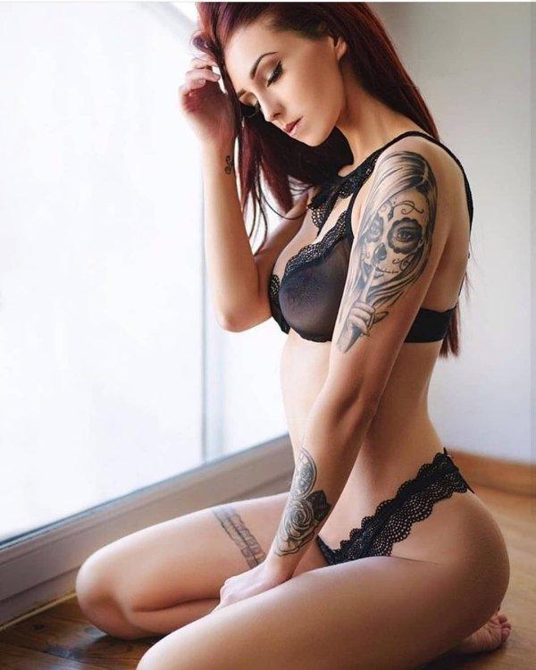Симпатичные девушки в нижнем белье с татуировками