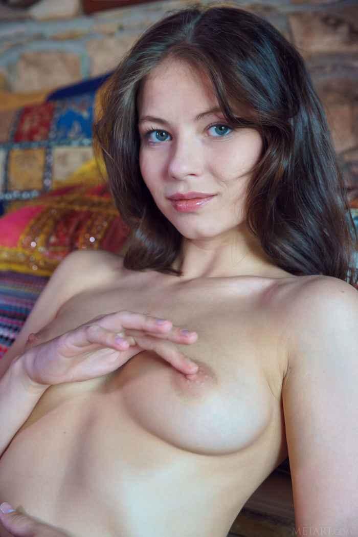Безумно красивая девушка обнажилась на камеру — НЮ