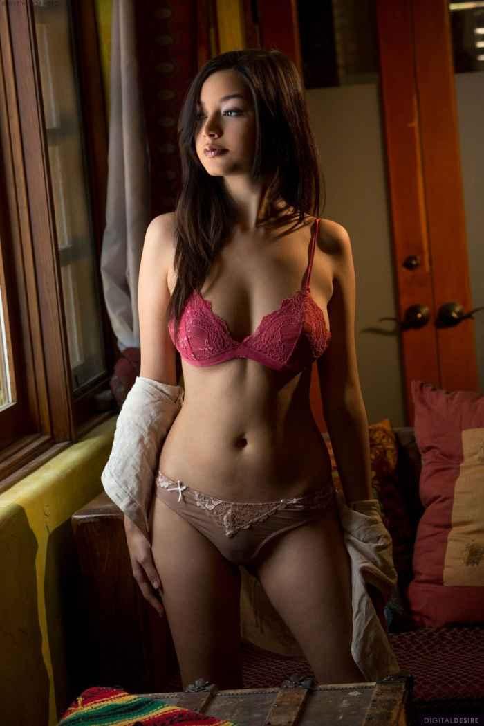 Девушка с красивым телом сняла бельё — НЮ