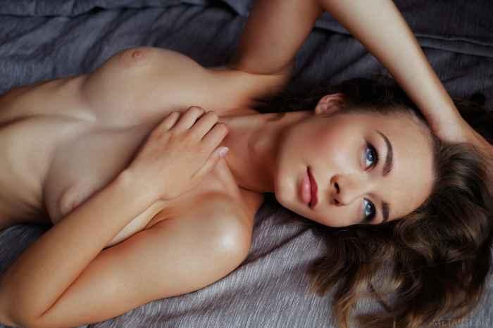 Красивая девушка с натуральной грудью и упругой попой раздевается