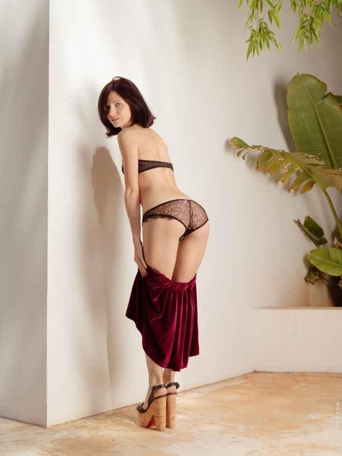 Высокая голая девушка с маленькой грудью — НЮ