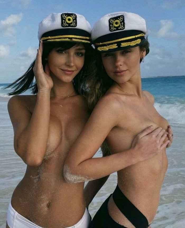 Девушки прикрывают обнаженную грудь