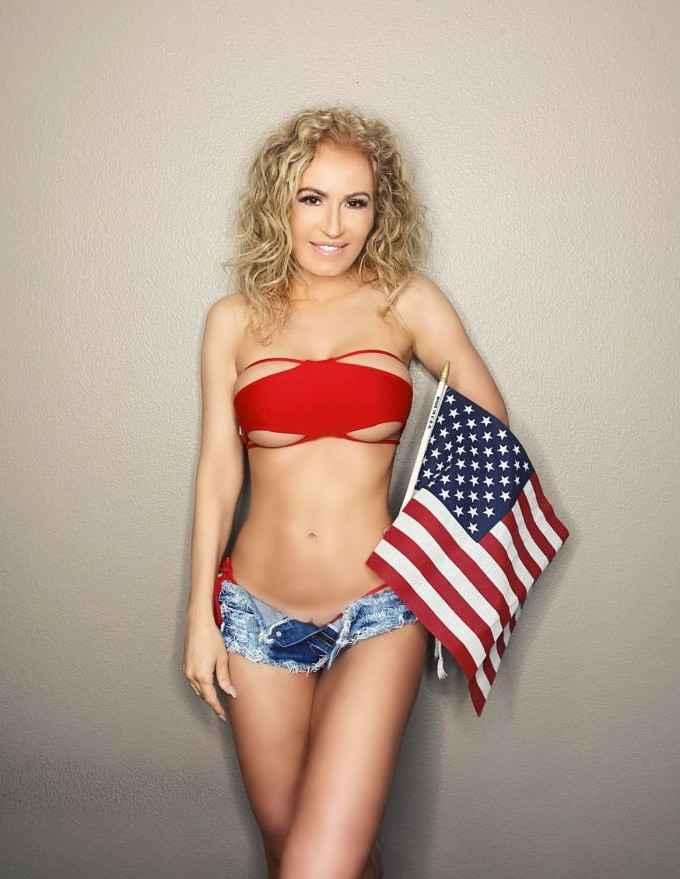 Ана Брага — зрелая модель из Бразилии, позирует в шортиках и мини-бикини