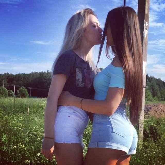 Летние девушки в коротких шортиках