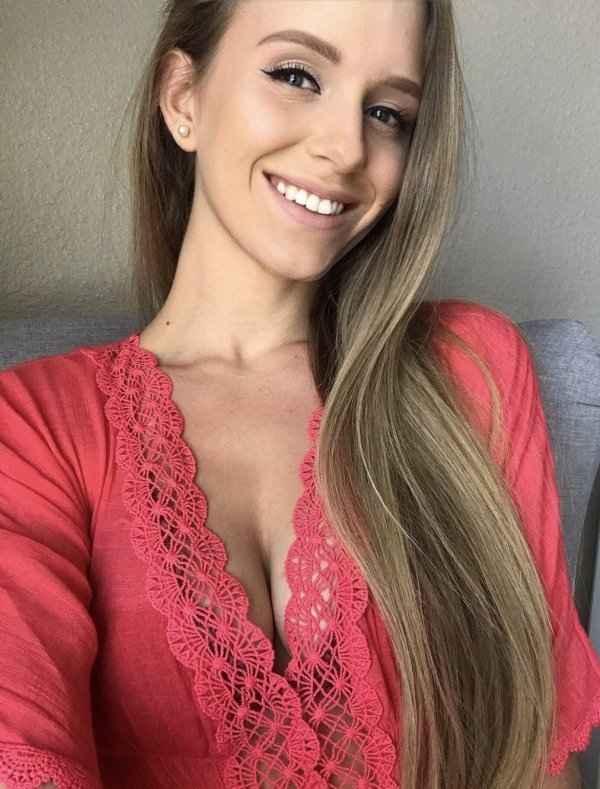 Яркие девушки с красивой улыбкой